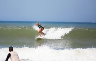 Surf à Médoc Atlantique - Surfeuse