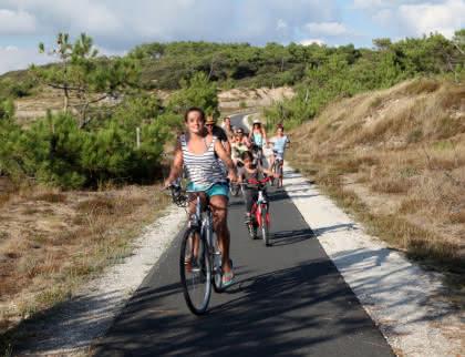 Vélo en famille à Soulac - © Médoc Atlantique
