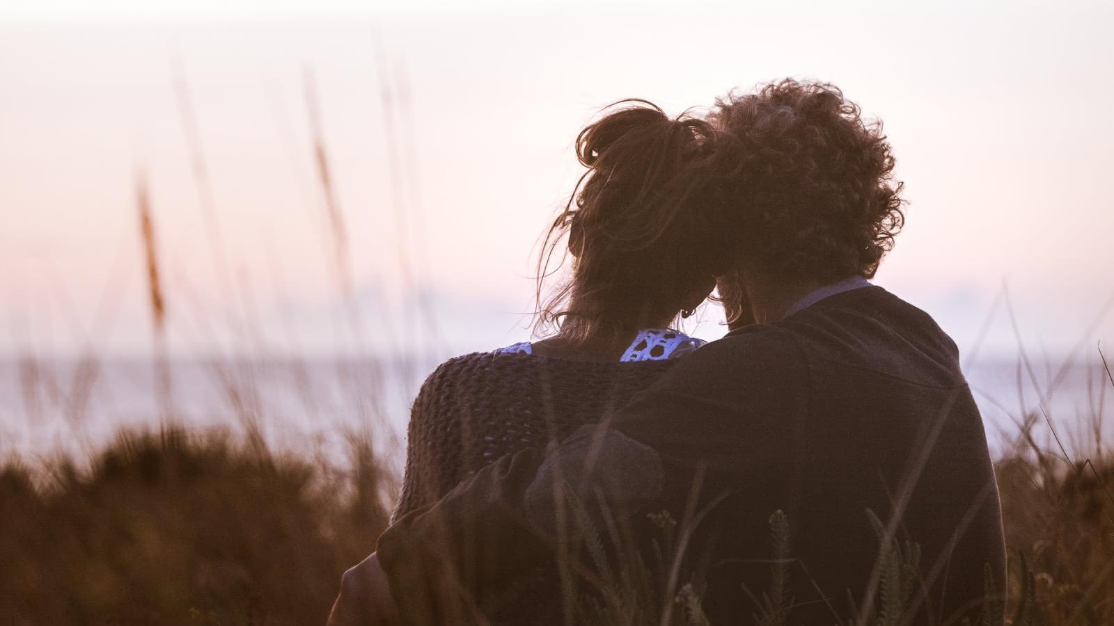 Couple océan coucher de soleil