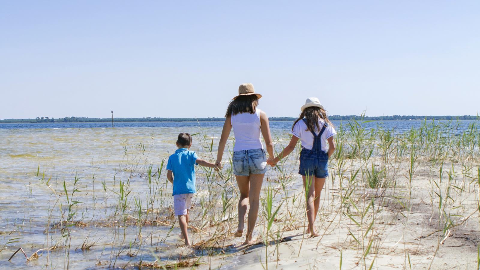 Lac carcans avec des enfants