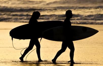 Surf au coucher de soleil Lacanau
