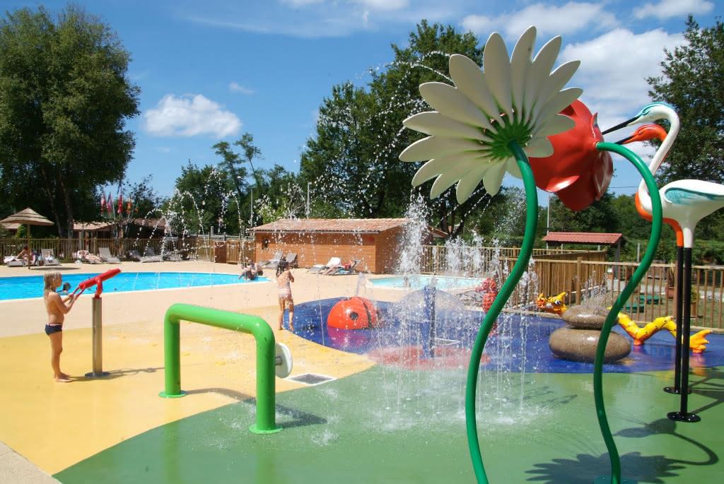 Photo-aire-de-jeux-aquatiques-camping-les-ourmes