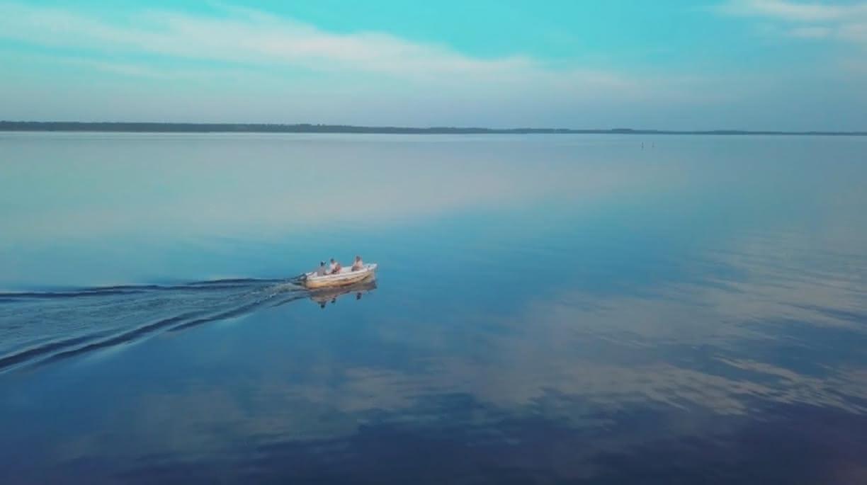 Barque à moteur moutchic loisirs lac de lacanau