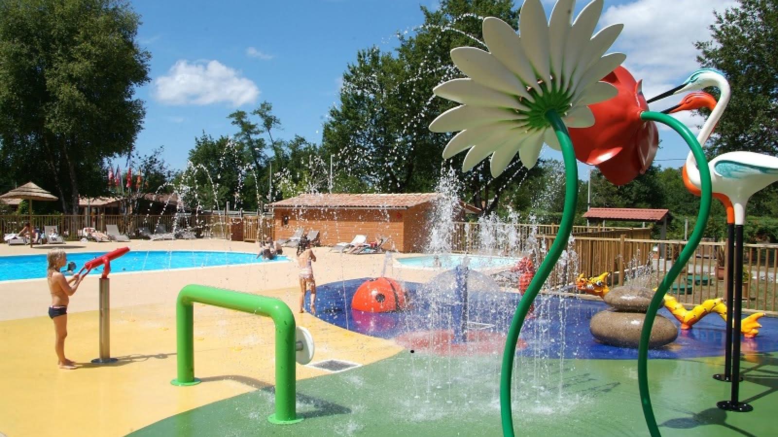Photo aire de jeux aquatiques camping les ourmes 800x600